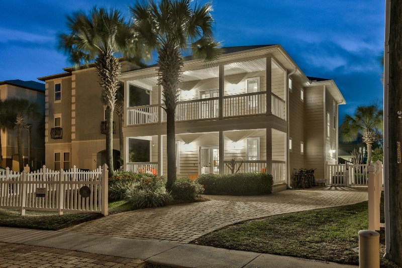 """Welcome to """"Sand Dollar"""" in beautiful Destin, Florida - August Open! 6 Bed w/ 3 master King suites,Private Pool, Guest house, & Bikes - Destin - rentals"""