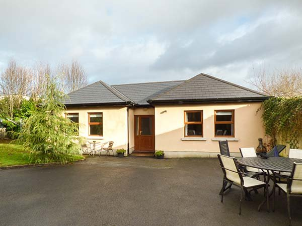 5 KILNAMANAGH MANOR, pet-friendly cottage with WiFi, ground floor - Image 1 - Dundrum - rentals
