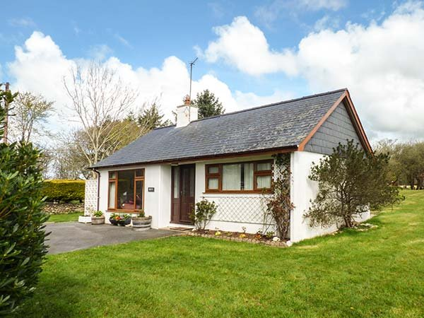 BRYN PENMAEN, family friendly, country holiday cottage, with a garden in - Image 1 - Pwllheli - rentals