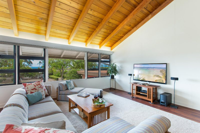 Large open concept living room with views of the ocean! - Hale Poola - Honolulu - rentals