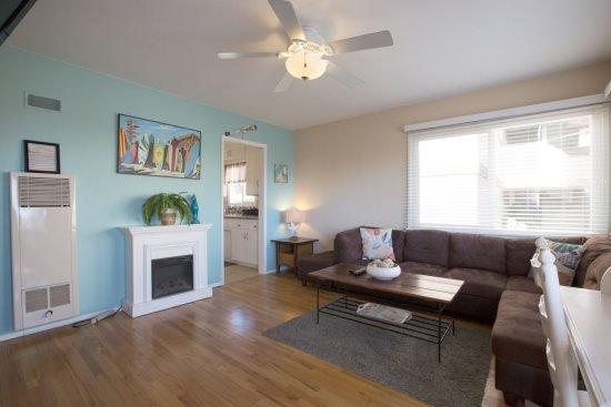 Large bright living room - Beach-N-Bay 1 Bedroom - La Jolla - rentals