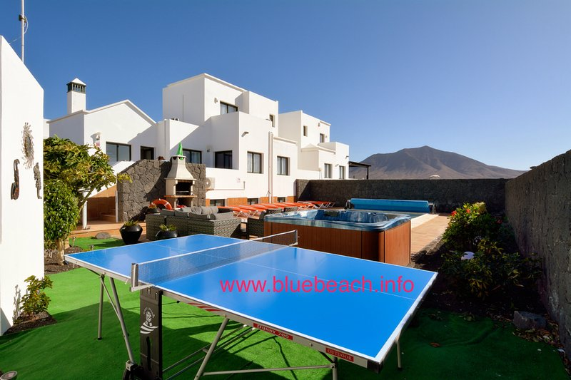 large pool garden with hot tub and table tennis, fantastic views of the mountain - ANY ONE FOR TABLE TENNIS ? , relax in the hot tub after a day of sun bathing - Lanzarote - rentals