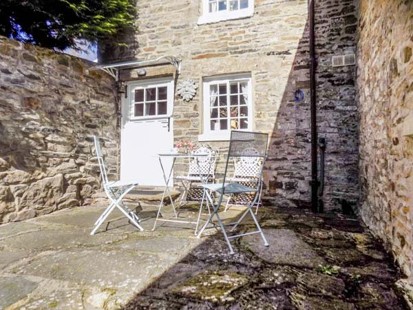 PUZZLE COTTAGE, stone-built, semi-detached, over 3 floors, multi-fuel stove, in Harmby, Ref 931198 - Image 1 - Spennithorne - rentals