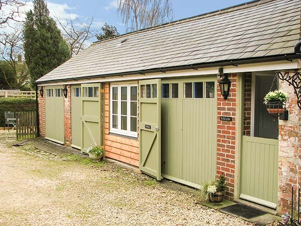 OLD CART SHED, single-storey wing, WIFi, pet-friendly, romantic retreat, in - Image 1 - Tockenham - rentals