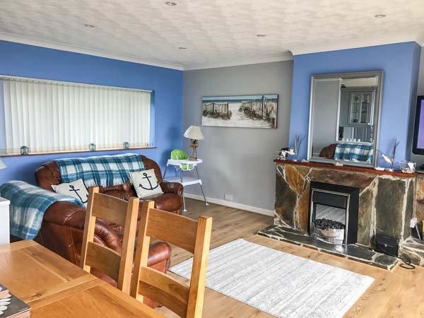 17 GLYN Y MARIAN, upside-down accommodation, balcony, beach views, in Llanbedrog, Ref 10608 - Image 1 - Llanbedrog - rentals