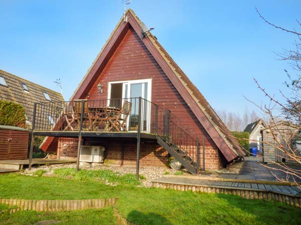 RIVERSIDE LODGE, pet friendly, country holiday cottage, with a garden in Isleham, Ref 1703 - Image 1 - Isleham - rentals