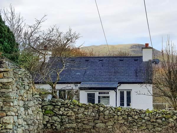 TY ISEL, woodburner, pet welcome, pretty views, original features, detached cottage near Bethesda, Ref. 22022 - Image 1 - Tregarth - rentals