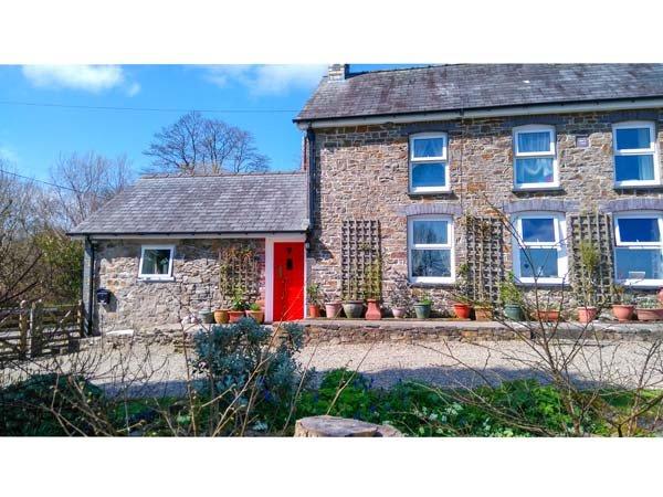 Y CWTCH, single-storey cottage with garden, country setting, walks, coast Llanybydder Ref 917978 - Image 1 - Llanybydder - rentals