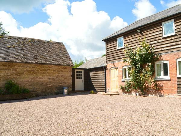 STABLE COTTAGE luxurious detached cottage, wood-fired hot tub, WiFi in Tenbury - Image 1 - Tenbury Wells - rentals