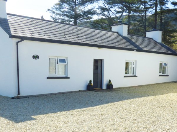 DENIS'S COTTAGE, all ground floor, woodburning stove, parking, gravel garden, in Ardara, Ref 935042 - Image 1 - Ardara - rentals