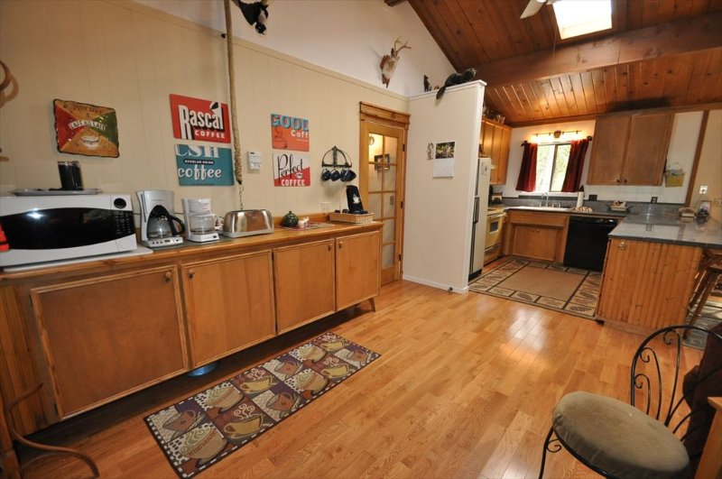 Coffee Bar, Sweet Whimsical Beautifully Renovated Cabin Unit 7 Lot 132 Pine Mountain Lake Vacation Rental The Wolffs Den - WIFI 1m> Pool & CountryClub Sleeps 8 25m> Yosemite - Groveland - rentals