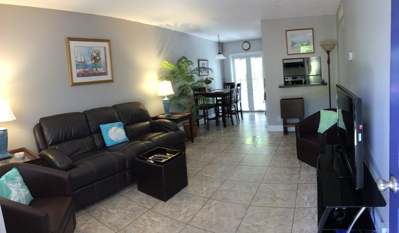 Living room - Victoria Park Tropical Oasis ~  2/1 ~ Mins to Beach  ~NO DAMAGE DEPOSIT REQUIRED - Fort Lauderdale - rentals