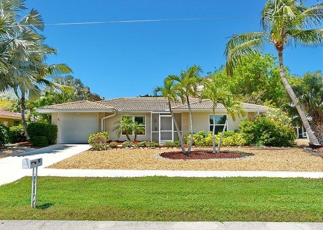 Cozy house w/ sunroom, heated pool, hot tub & short walk to beach - Image 1 - Marco Island - rentals
