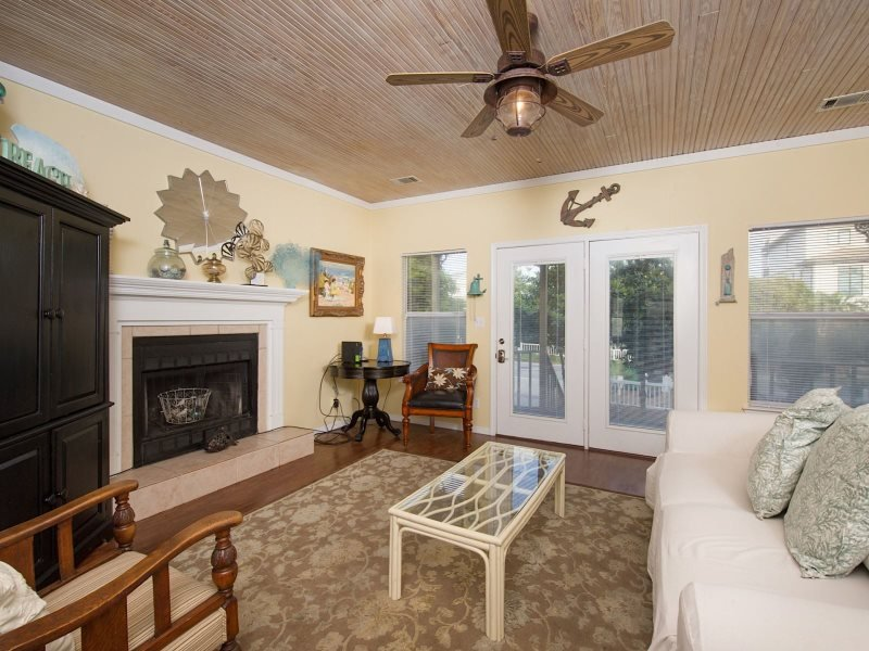 Come enjoy this old Florida style home with private pool located in Destin - Seconds to the Sand -Private Pool and screen Porch - Destin - rentals