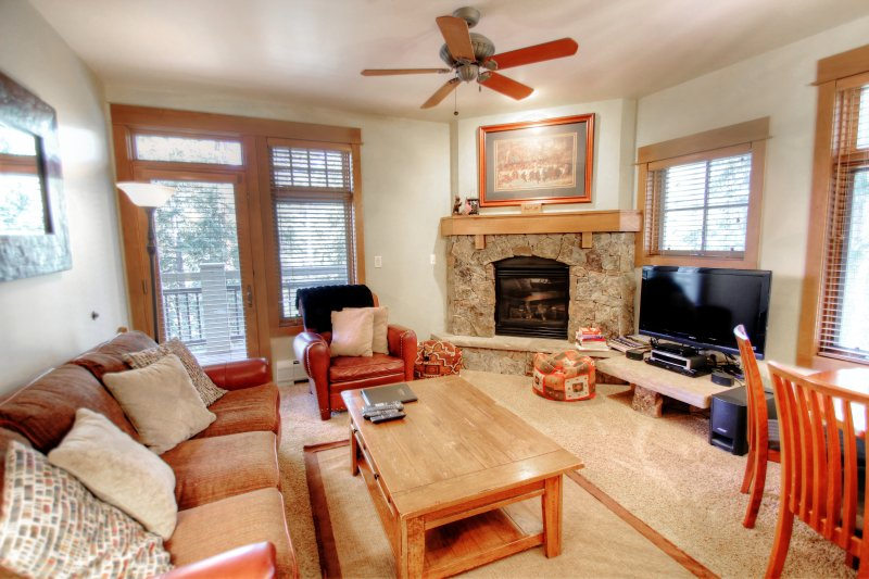 """SkyRun Property - """"3003 Lone Eagle"""" - Living Room - Cozy living room with gas fireplace and flat screen HDTV. - 3003 Lone Eagle - Keystone - rentals"""