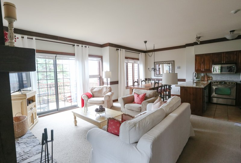 Main Living Room, Dining Room & Kitchen bright and airy - Algonquin - Condo on the Mountain - Gorgeous - Mont Tremblant - rentals