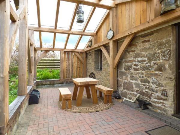 HORSESHOES, ground floor barn conversation on farm, romantic accommodation near - Image 1 - Newquay - rentals