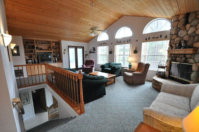 Living room, main/upper level, Unit 10 Lot 37 Escape To Yosemite Pine Mountain Lake Vacation Rental - Foosball, WIFI, Sleeps 9, 1m> Beach, 25m> Yosemite - Groveland - rentals
