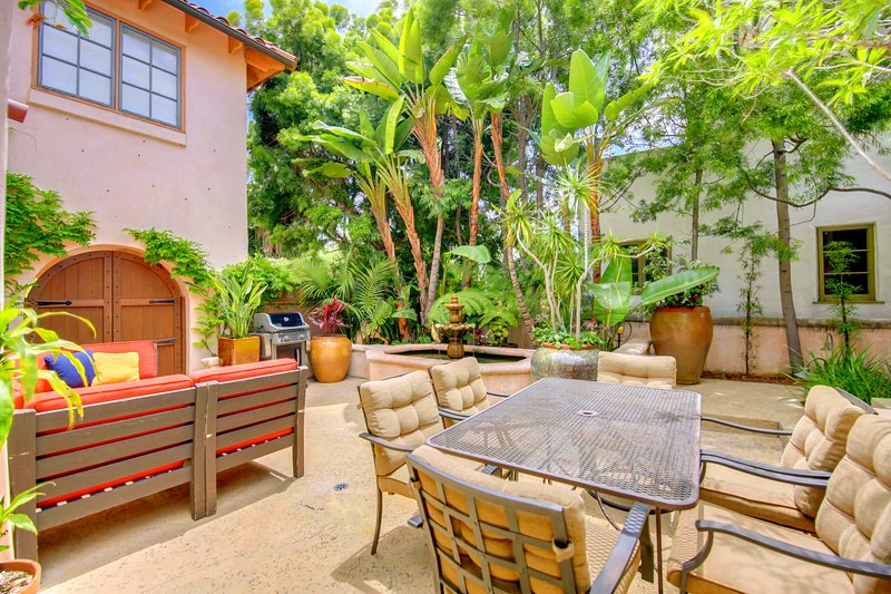 This enchanting courtyard has plenty of comfortable lounge & dining seating, a BBQ and fountain - Casa Paloma: Enchanting Courtyard, Spacious Home in Peacefull Mission Hills - San Diego - rentals