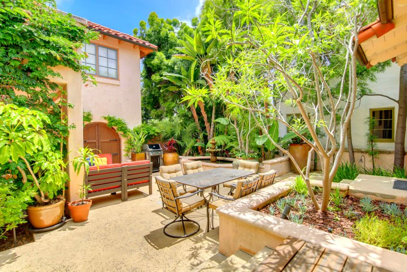 Take advantage of San Diego`s beautiful weather and dine al fresco for breakfast, lunch or dinner - Casa Paloma: Enchanting Courtyard, Spacious Home in Peacefull Mission Hills - San Diego - rentals