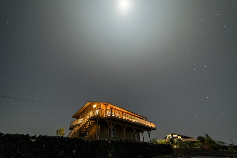 Night shot of house- Look at those stars! - Fantastic Sunsets at Makai Hideaway - Milolii - rentals