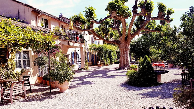 Front of property - St.Remy-18th century provencal estate/Pool/AC/WIFI - Saint-Andiol - rentals