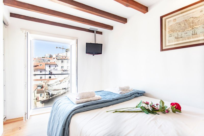 MOURARIA II, centrally-located studio & view - Image 1 - Lisbon - rentals