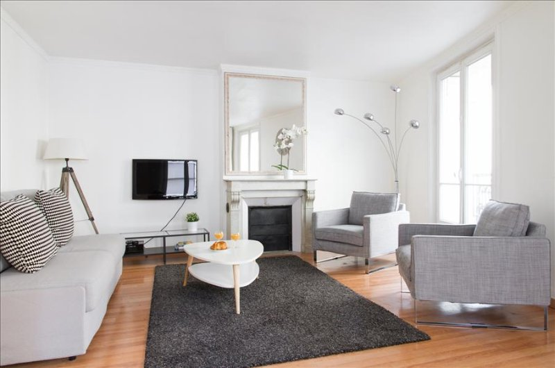 23. LOVELY 1BR ON RUE SAINT HONORÉ - STEPS FROM THE TUILERIES GARDENS AND LOUVRE - Image 1 - Paris - rentals