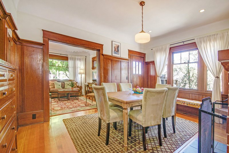 Dining room and living room - Bungalow Sonoma at Sonoma's historic town square - Sonoma - rentals