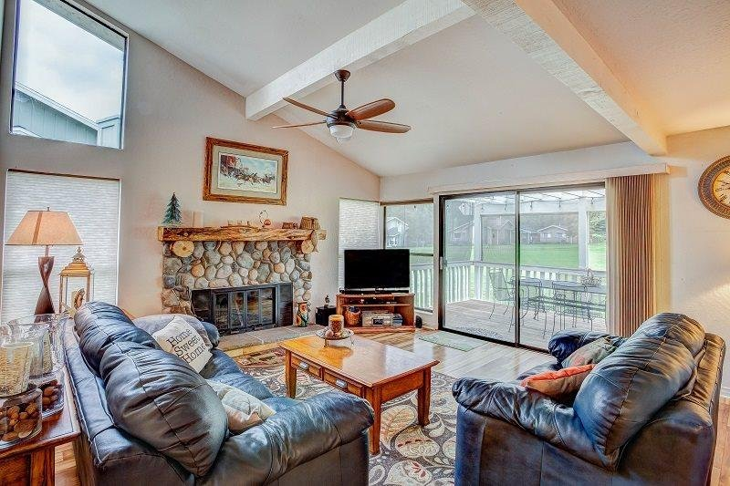 #33 ASPEN Fresh and Bright Town Home on the 5th Fairway $235.00-$270.00 BASED - Image 1 - Graeagle - rentals