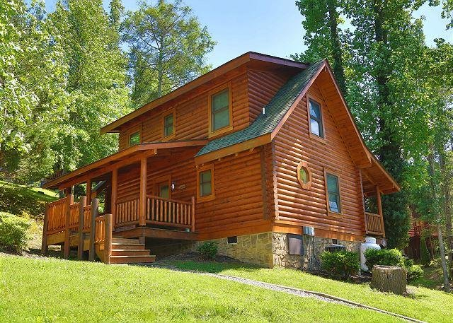 Cabin - Dog Days a 2BR Cabin with bedside Jacuzzi and private bath in Master Suite - Sevierville - rentals