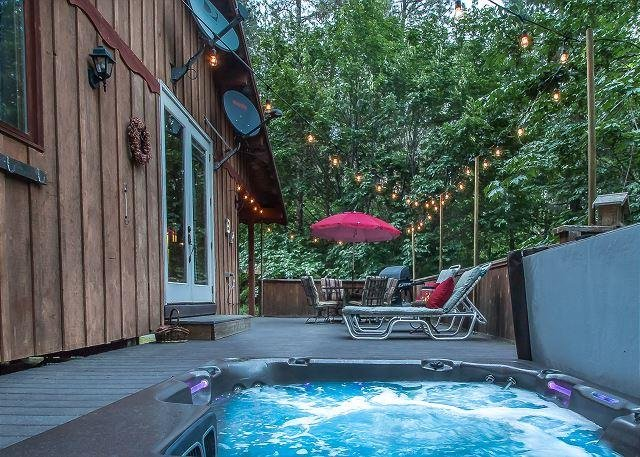 Your own private hot tub under the stars.  - Bear Paw~A Cozy 2 bedroom, hot tub, 5 minute drive to Village of Leavenworth - Leavenworth - rentals