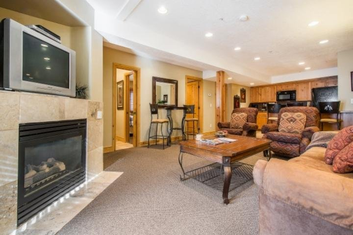 When you enter this Empire House property, you will immediately feel at home. The large living room is open, well furnished & inviting. - Empire House - Park City - rentals