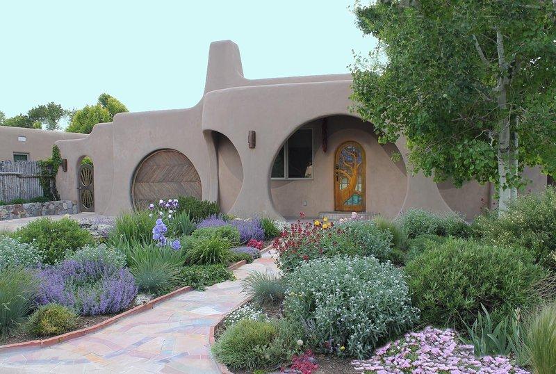 Santa Fe Hobbit House Summer - Luxury Mosaic Masterpiece: Centrally Located to downtown. Santa Fe Hobbit House. - Santa Fe - rentals
