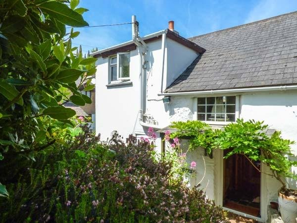 SWALLOW COTTAGE, pet-friendly, detached cottage, WiFi, garden, close to - Image 1 - Probus - rentals