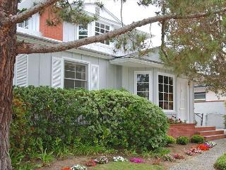 Lovely Crown Point home with large yard and patio. Close to beach and bay. - Pacific Beach vacation rentals