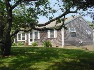Orleans bright single level beach cottage just .2 miles to Skaket beach! - Orleans vacation rentals