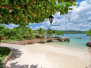 BEACHFRONT! TENNIS! GYM! KAYAKS! Whispering Waters - Discovery Bay vacation rentals