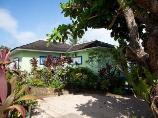Idle Hours - Runaway Bay 3 Bedrooms beachfront - Runaway Bay vacation rentals