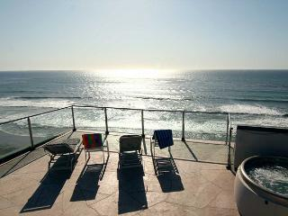 Premier Oceanfront rental, 5br, 3ba, rooftop deck, spa, fireplace, remodels - Encinitas vacation rentals
