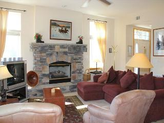 PB110R Pretty Townhouse w/Fireplace, King Bed, Mountain Views, Garage - Silverthorne vacation rentals