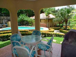 Nice groundfloor condo- near beach, shared pool, cable, gas grill, a/c - Tamarindo vacation rentals