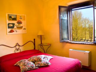 Great views on sunflowers, heated pool sleeps 4 - Monteroni d'Arbia vacation rentals