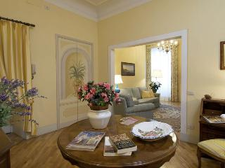 Beautiful Florence Apartment Facing the Arno River - Palazzo Torrigiani - Vecchio Fiume - Lastra a Signa vacation rentals