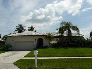 Beach lover's delight w/ short walk to Resident's Beach & close to town - Marco Island vacation rentals