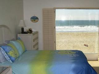 Ocean Front Condo on the sand Mission Beach - Pacific Beach vacation rentals