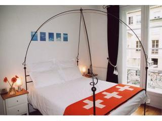 Comfortable bed with double windows for a quiet sleep - Luxury Apt Le Marais (Picasso) highly rated, quiet - Paris - rentals