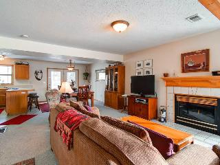 Spacious 4 BR/3 BA duplex, private hot tub, lg group/families, skiing, pet friendly, sleeps 11 - Summit County Colorado vacation rentals