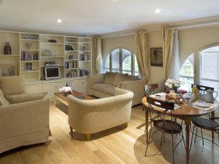 Palais Royal Elegant Two Bedroom First Floor - 2nd Arrondissement Bourse vacation rentals