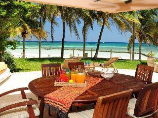 Beautiful 4 BR beachfront Condo Villas del Mar - Puerto Aventuras vacation rentals